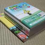 本『とびだせ どうぶつの森 村長さんのスケジュール&アイテムブック2014』の巻末に付いている「電撃オリジナル『とびだせ どうぶつの森』2014年卓上カレンダー」の厚さを、他の関連本と比較