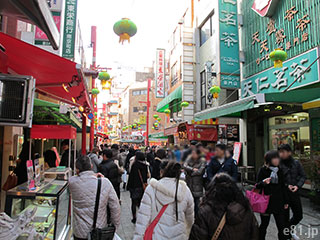 神戸・南京町。通りの両側に露店が出ている。