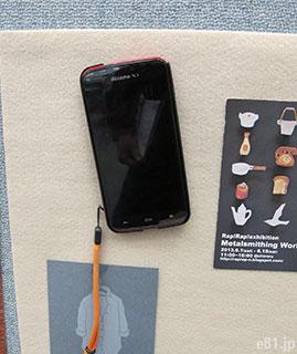 スマートフォンもピッタリくっつくほどの粘着力。※本来の用途ではありません。