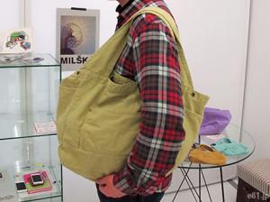 「古着屋さんで見つけたような 大きめくたくたトートバッグ」を肩にかけたところ