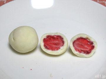 苺トリュフを2つに割ったところ