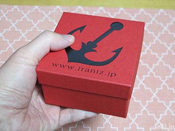 「神戸苺トリュフ」の箱を手に持ったところ