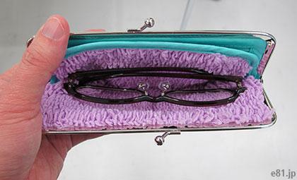 「秘密の仕切り&ポケット付き レトロハンカチ柄 がま口ポーチ」にメガネを入れたところ