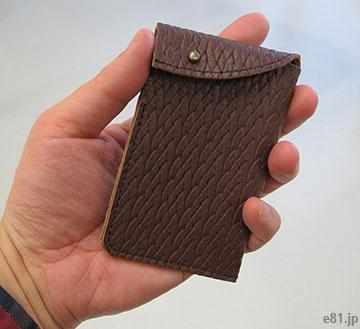 「型押し革が手になじむ 大人のためのカードケース」を手に持ったところ