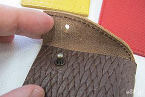 「型押し革が手になじむ 大人のためのカードケース」の開口部