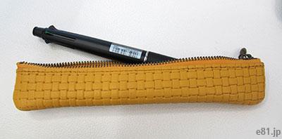 「型押し革が手になじむ 大人のためのスリムペンケース」に太めのペンを差し入れたところ