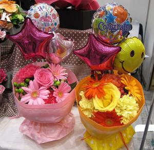 そのまま飾れるブーケ「Happy Birthdayバルーン」(左)と、同「Congrats!バルーン」(右)