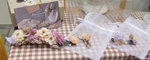 花のアクセサリー「Mon favori(モンファボリ)」から、バレッタ「ミラージュ」(左)と ピアス「アタシュマン」(中)「ファンテジィ」(右)