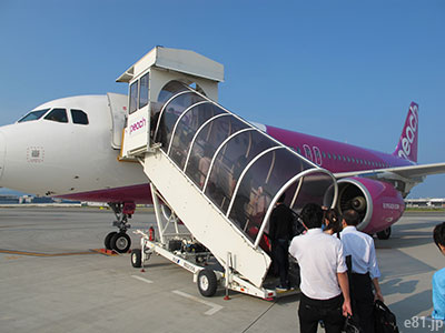 関西空港にて、ピーチの飛行機に乗り込むところ