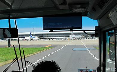 成田空港に着陸後、リムジンバスに乗って、ターミナルビルへ向かっているところ。