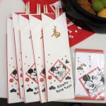 「おせち・ミッキーマウス・シルエット三段重」に付属する祝い箸とポチ袋
