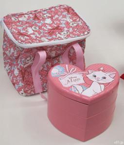 「おせち・ディズニーマリー三段重」と、付属する保冷バッグ