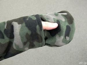 「最強あったかフリースパーカ」で、袖口にあるミトンに手を入れたところ