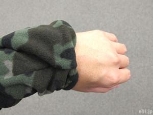 「最強あったかフリースパーカ」で、袖口にあるミトンを折り返して袖の中にしまったところ
