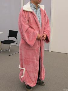 「もっとあったかくなった着る毛布」を試着したところ
