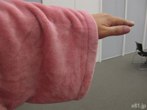 「もっとあったかくなった着る毛布」の袖口