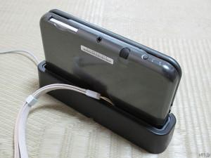 「Newニンテンドー3DS LL充電台」にストラップをつけた3DS本体を置いたところ