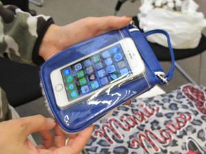 「モバイルショルダーポーチ」の裏面にあるクリアポケット