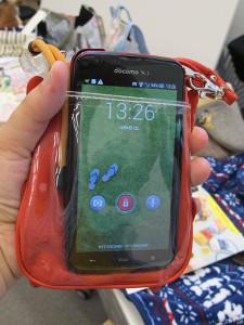 「モバイルショルダーポーチ」に私のスマートフォンを入れたところ