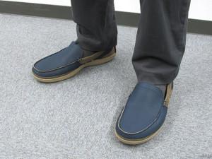 クロックスの男性用のローファー「wrap ColorLite loafer men(ラップ カラーライト ローファー メン)」。カラーは「navy / tumbleweed」。