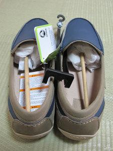 袋から取り出したばかりの靴。