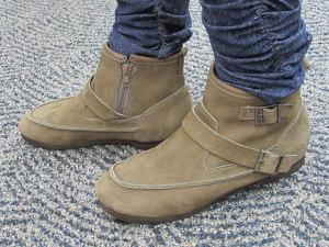 「シューズ遊歩道」のショートブーツ「しっとりオイルヌバックレザーのおでこアンクルブーツ」