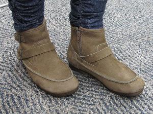 「シューズ遊歩道」で販売中のショートブーツ「しっとりオイルヌバックレザーのおでこアンクルブーツ」