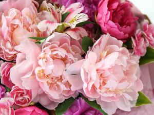 イイハナ・ドットコム『母の日 花束「芍薬美人」』の花のアップ