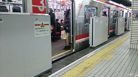 大阪市営地下鉄御堂筋線心斎橋駅の可動式ホーム柵