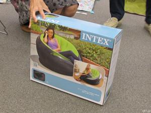 「ベルメゾンネット」にて販売中の「エアーソファー」が収められている箱