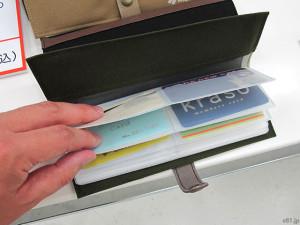 「フェリシモ」で販売中の「しゅっと細長 バッグのすき間に収納できるカードケースの会」