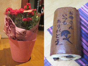 「イイハナ・ドットコム」の『母の日 鉢植えセット「京・伏見 三源庵 黒豆ロールカステラ」』