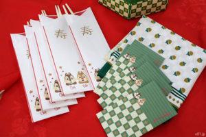 「ベルメゾンネット」で販売中のおせち「チップ&デール三段重」に付いてくる祝い箸など